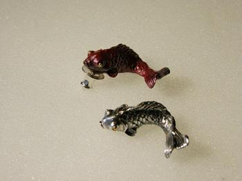 034 鯉の滝登りピアス(赤) 035 鯉の滝登りピアス(銀)